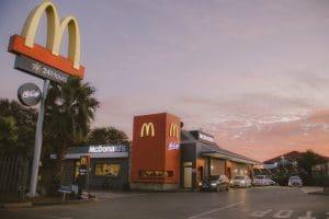 McDonald's prêt à lancer son premier burger vegan dans les jours à venir : ce partenariat va faire beaucoup de bruit…