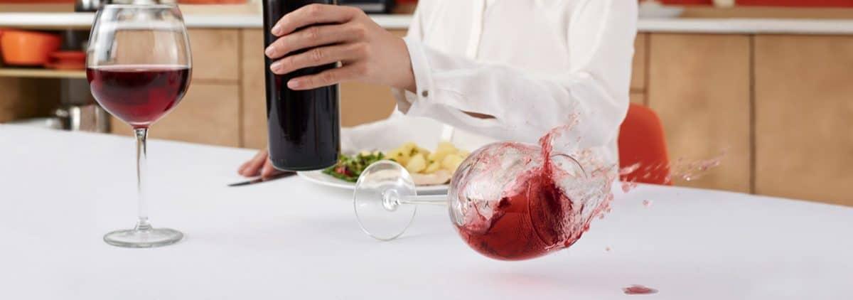 Découvrez les astuces qui vous permettent d'enlever efficacement une tache de vin de vos habits!